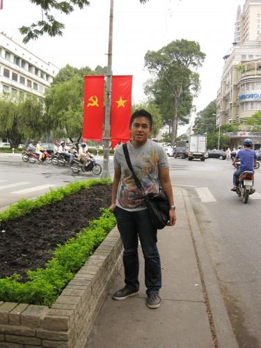 Bendera komunis di jalan