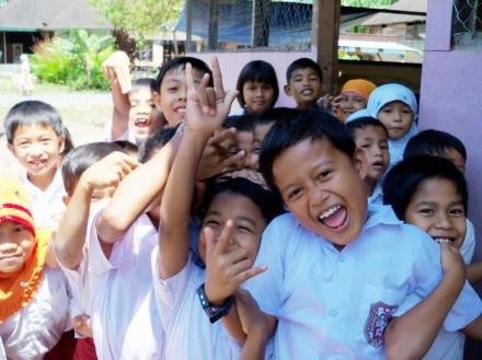 Keceriaan murid korban gempa Padang